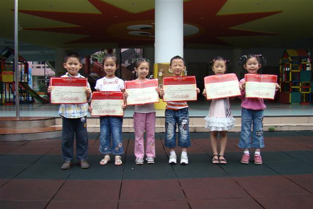 智慧树幼儿园隆重的进行了幼儿美术参赛获奖作品颁奖典礼。园长分别给在中华民族艺术特长生选拔大赛、全国中小学生幼儿优秀美术作品大赛、全国校园艺术设计(手工)竞赛中获奖的小朋友们颁奖。小朋友们兴奋的从园长阿姨手中接过自己的证书向小朋友们展示,开心极了。 其中在中华民族艺术特长生选拔大赛中荣获四川赛区幼儿组:特等奖3人;金奖11人;银奖12人;铜奖13人;优秀奖16人。全国中小学生幼儿优秀美术作品大赛中荣获幼儿组:金奖34人;银奖24人;铜奖8人。2009年全国校园艺术设计(手工)竞赛荣获一等奖2人。