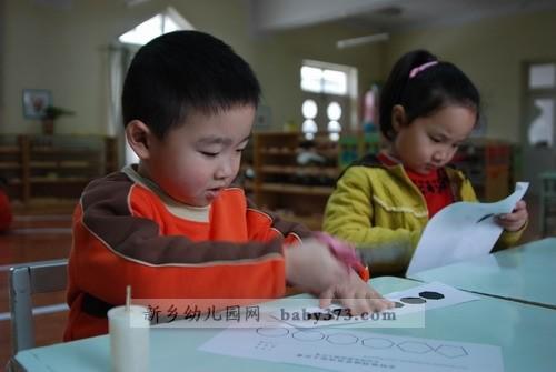 通过订正线与教具名称的对应明确教具的位置;通过小脚丫提醒幼儿排队