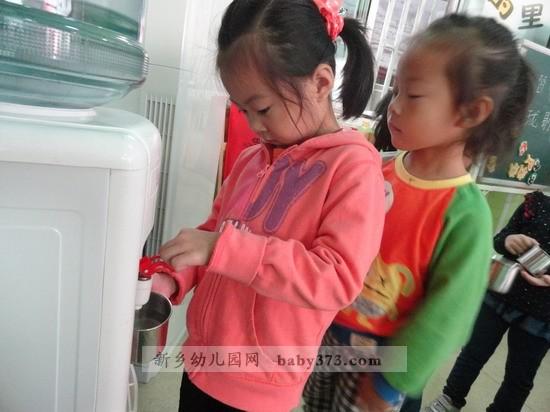 像喝水排队这样的幼儿常规是幼儿园活动中非常重要的一个环节,不仅可以培养幼儿的生活习惯,还可以规范幼儿的行为,也会让幼儿变得彬彬有礼,成为一名举止优雅、动静适宜的优秀儿童。新乡市钓鱼台爱贝尔幼儿园果果一班的幼儿教师注重训练幼儿的行为习惯。使喝水排队这样的秩序感深入幼儿心里,使他们形成稳定的习惯,自觉的行为。
