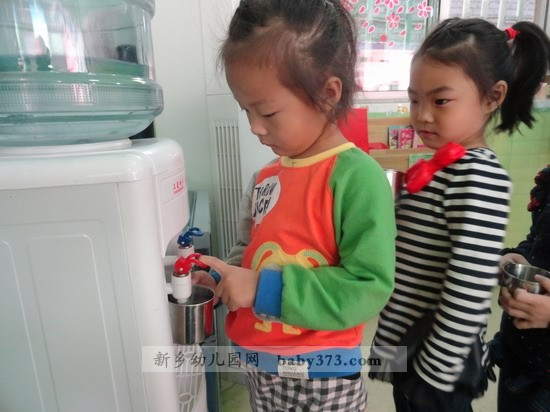 排队喝水:新乡市钓鱼台.爱贝儿幼儿园